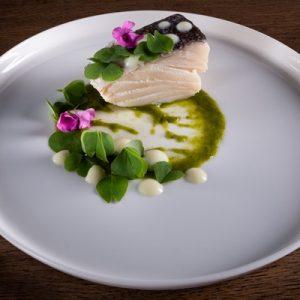 Baccalà cotto nel latte, salsa verde leggera e insalatina di trifoglio
